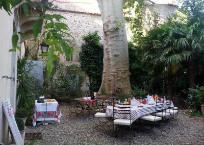 vrai déjeuner de chambres d'hôtes, le parc et le mur de l'église