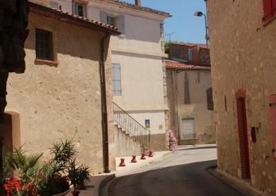 Ruelle d'Estagel, village des Pyrénées Orientales, coin sur maison