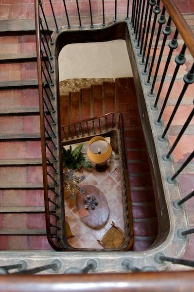 escalier traditionnel catalan du Roussillon, terre cuite et bois